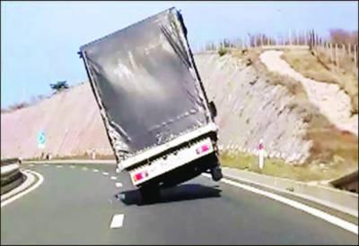 کروشیا: طوفانی ہوا سے سڑک پر چلتا ٹرک بے قابو ہو گیا