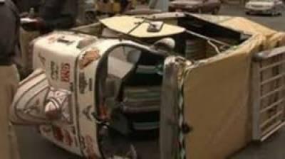 رکشہ الٹنے سے خاتون سمیت 3 افراد زخمی