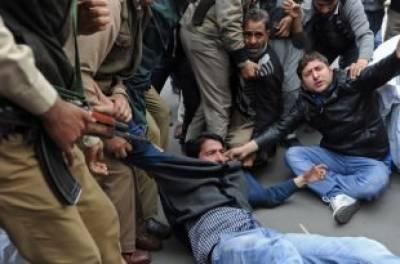 مقبوضہ کشمیر:انتہا پسند ہندوئوں کی سرینگر میں بھارتی ترنگا لہرانے کی کوشش ناکام،9گرفتار، مظالم کے خلاف احتجاج جاری
