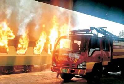 راولپنڈی ریلوے سٹیشن پر کھڑی مسافر بوگی میں اچانک خوفناک آگ بھڑک اٹھی