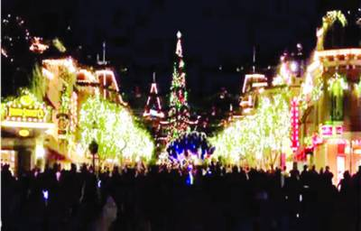 فلوریڈا: ڈزنی لینڈ میں دیوہیکل کرسمس ٹری روشن