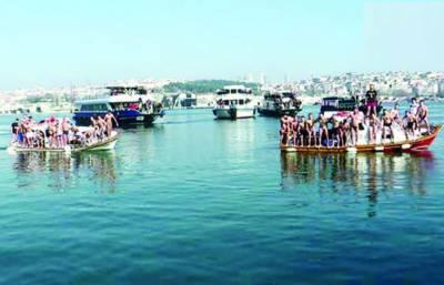 استنبول میں منچلوں کی ٹھنڈے یخ پانی میں تیراکی