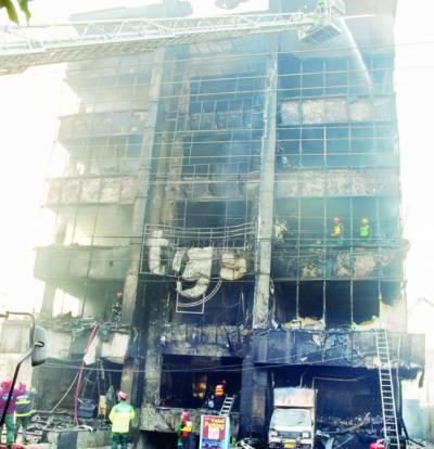گلبرگ: 5 منزلہ ڈیپارٹمنٹل سٹور میں آتشزدگی، کروڑوں کا سامان خاکستر