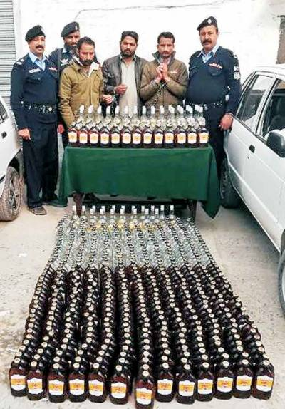 اسلام آباد کلب کے سامنے دو گاڑیوں سے 680بوتل شراب برآمد