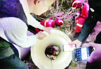 11سالہ چینی بچی سیمنٹ کے پائپ میں پھنس گئی