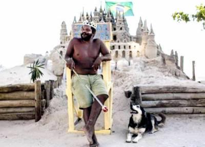 22برس سے ریت کے قلعے میں رہنے والا بادشاہ