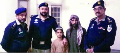 موٹر وے پولیس نے 11 سالہ بچے کو والدین سے بچھرنے سے بچالیا