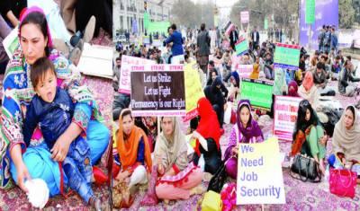 پنجاب سکول ہیلتھ اینڈ نیوٹریشن سپروائزر کا دھرنا تیسرے روز بھی جاری' خاتون ملازم بے ہوش