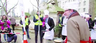 برطانوی صحافی پارلیمنٹیرینز سے ہوئی پین کیک ریس جیت گئے