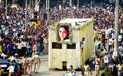 سری دیوی کی آخر ی رسومات ادا کردی گئیں، بالی ووڈ سٹارز سمیت ہزاروں افراد نے آخری دیدار کیا
