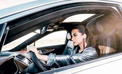 سعودی خاتون نے ا یک فلم میں فیشن ایبل لباس پہن کر ڈرائیونگ کی