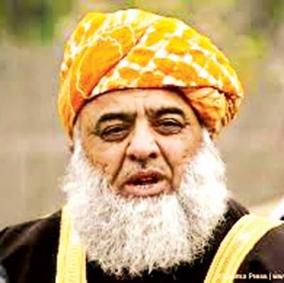 عمران نے عوام کی آنکھوں میں دھول جھونکی' کھل کر کہتے زرداری ان کے لیڈ ر ہیں: فضل الرحمن