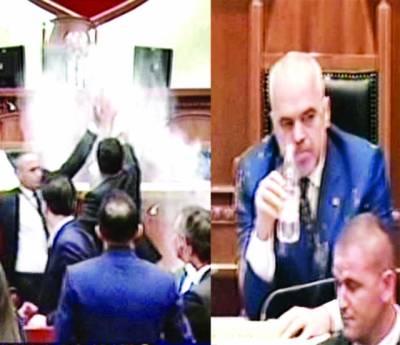 البانیہ: مستعفی نہ ہونے پر اپوزیشن نے وزیراعظم پر احتجاجاً آٹا، انڈے، پانی پھینک دیا