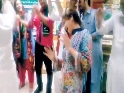 پیپلزیونٹی کی کامیابی پر خواتین کارکنوں کا بھرپور جشن' ''ٹھمکے'' لگاکر سب کو حیران کر دیا