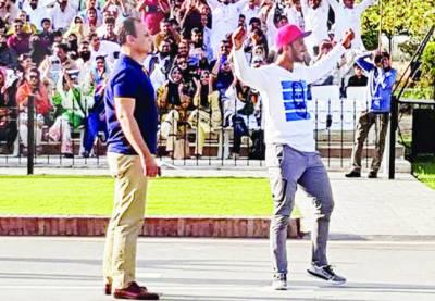 حسن علی کی واہگہ بارڈر پر بھارتیوں کو للکار کھلاڑی کو آئوٹ کرنے کا مخصوص انداز بنایا
