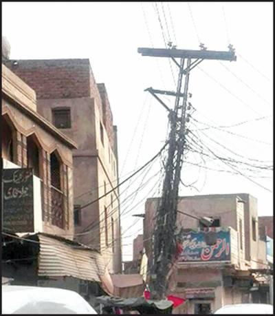 جامع مسجد جعفریہ سورج میانی روڈ کے اوپر جھکا بجلی کا پول 'حادثے کا خدشہ، درست کرنے کا مطالبہ