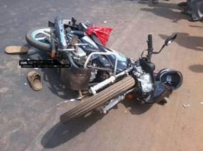موٹرسائیکلوں کی ٹکر سے میاں بیوی 2 بیٹوں سمیت زخمی