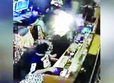 چین : ہاتھ میں موجودلائٹر میں آگ بھڑک اٹھنے سے خاتون شعلوں کی لپیٹ میں آگئی