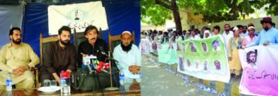 رائو انوار کو جیل میں ڈالا جائے: پختون جرگے کا سندھ ہائیکورٹ کے باہر احتجاج، نعرے بازی
