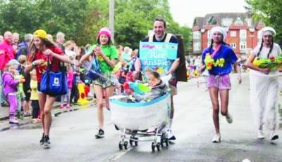 برطانیہ میں بچوں کی پرام کی منفرد سالانہ ریس