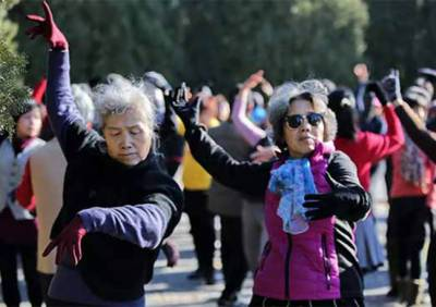 جوان دل والی بوڑھی خواتین کا میوزک کی دھن پر رقص
