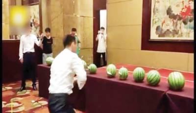 چینی نوجوان کا تاش کے پتوں سے تربوز کاٹنے کا مظاہرہ