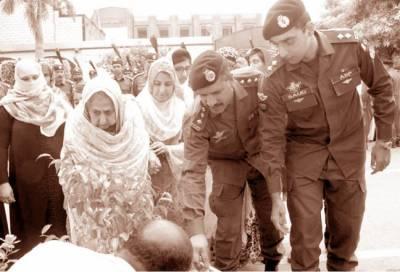 لاہور پولیس نے قلعہ گجر سنگھ لائنز میں ڈی آئی جی کیپٹن (ر) سید احمد مبین کے نام کا پودا لگا دیا