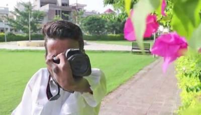 ہاتھوں سے معذور بھارت کاباہمت حوصلہ مند فوٹوگرافر