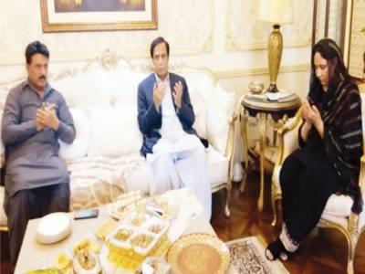 چوہدری پرویز الٰہی کی رکن پنجاب مسرت جمشید چیمہ کی والدہ کے انتقال پر تعزیت کر رہے ہیں
