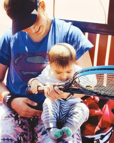 شعیب ملک 'ثانیہ مرزا کے بیٹے نے بھی ٹینس ریکٹ تھام لیا
