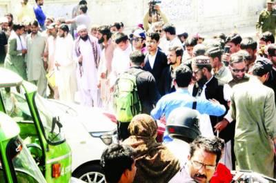 نابینا افراد پھر سڑکوں پر آ گئے: مطالبات منظور' اساتذہ کا دھرنا ختم