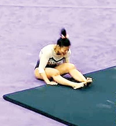 خاتون جمناسٹ پیچیدہ کرتب دکھاتے ہوئے ٹانگیں تڑوا بیٹھیں