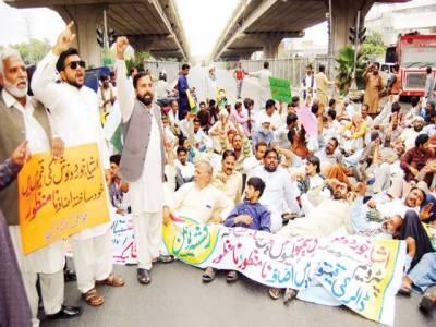 رکشا یونین کا فیروز پور روڈ پر احتجاج، ٹریفک جام، شہریوں کو شدید مشکلات کا سامنا