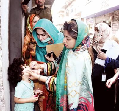 डी सी लाहौर का दौरा अफ़्ग़ान बस्ती'बच्चों को पोलीयो के क़तरे पिलाए