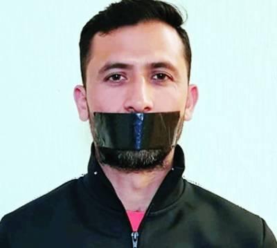 ''کچھ کہنا نہیں چاہتا سچ کڑوا ہوتا ہے'' ورلڈ کپ سکواڈ سے ڈراپ کرنے پر جنید خان کا منہ پر ٹیپ لگا کر احتجاج