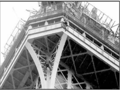ایفل ٹاور پر چڑھ کر ہلچل مچانے والا' شخص گرفتار