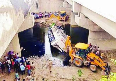 بھارت: آگرہ میں ڈبل ڈیکر بس نالے میں جا گری' 29 افراد ہلاک' 20 زخمی