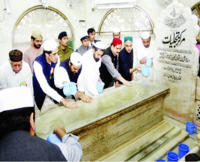 وزیراعلیٰ بزدار اور دیگر شخصیات نے حضرت علی ہجویریؒ کے مزار کو غسل دیا
