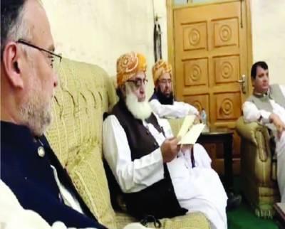 لیگی وفد کی فضل الرحمن سے ملاقات: نوازشریف کا خط پہنچایا