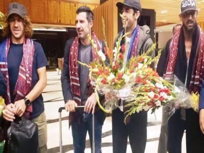 غیر ملکی فٹبالرز کا کراچی میں شاندا راستقبال 'شائقین میں گھل مل گئے
