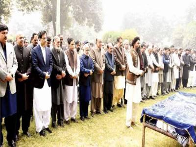 چودھری پرویزالٰہی، طارق بشیر چیمہ اور مونس الٰہی کی سینیٹر کامل علی آغا کی اہلیہ کے جنازے میں شرکت