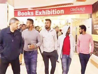 لنکن کرکٹرز کی اسلام آباد میں شاپنگ، شائقین کیساتھ تصاویر