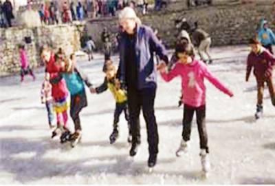 کینیڈین سفیر گلگت بلتستان کی خوبصورتی سے متاثر، بچوں کے ساتھ آئس ہاکی کھیلی