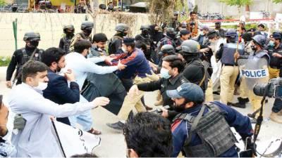 کوئٹہ حفاظتی کٹس کی فراہمی پر ڈاکٹرز کا احتجاج، پولیس کا لاٹھی چارج ، 30گرفتار