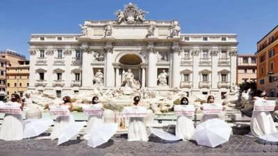 کرونا:شادی تقریبات پر پابندی سے ناخوش اٹلی کی لڑکیوں کا عروسی لباس پہن کراحتجاج