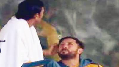 یونس خان نے یاسر شاہ کے بال سنوارے 'ویڈیو وائرل