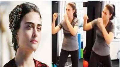ترک اداکارہ اسرا بلجیک ''حلیمہ '' باکسنگ سیکھنے لگیں، ٹریننگ کی ویڈیو وائرل