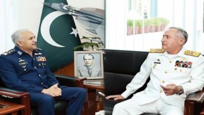 پاک بحریہ کے سربراہ ایڈمرل ظفر محمود عباسی کا فضائیہ کے ہیڈ کوارٹرز کا دورہ