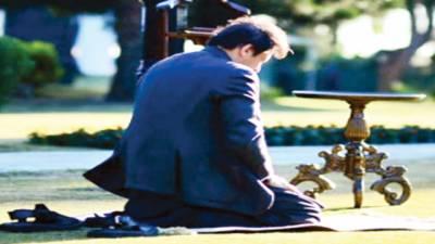 وزیراعظم عمران خان کی نماز پڑھتے تصویر سوشل میڈیا پر وائرل