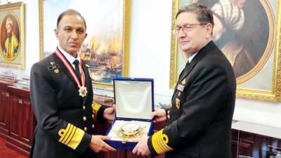 سربراہ پاک بحریہ کو ترک نیول ہیڈ کوارٹرز میں عسکری ایوارڈ سے نوازاگیا
